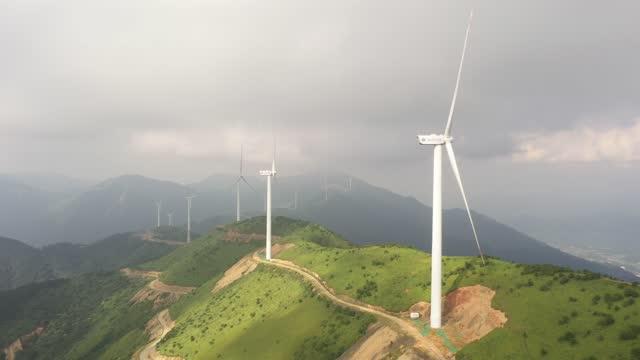 windkrafterzeugung meistern, wolkenmeerlandschaft - fuel and power generation stock-videos und b-roll-filmmaterial