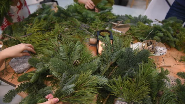 master-class on making christmas wreaths and christmas - wreath stock videos & royalty-free footage