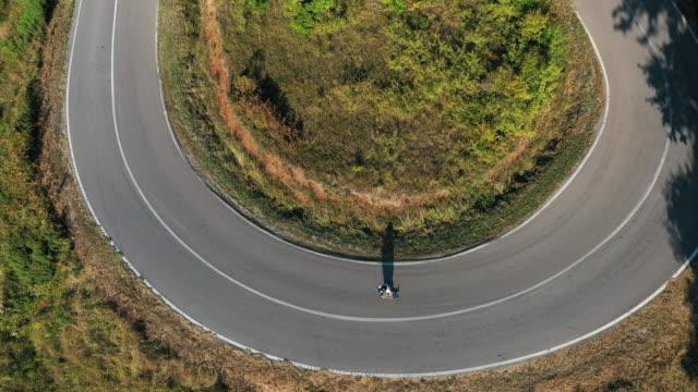vídeos y material grabado en eventos de stock de ¡dominé esta curva de carretera! - patinaje en tabla larga