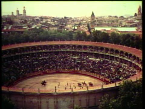 vídeos y material grabado en eventos de stock de 1953 ws matadors progress out and into the arena / pamplona, spain / audio - grupo de animales