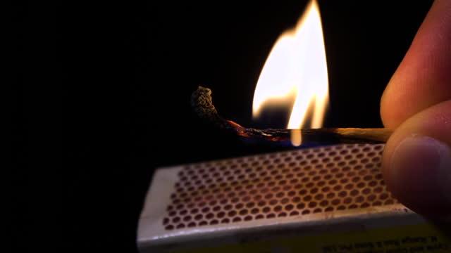 vídeos de stock e filmes b-roll de match burning, slow motion - caixa de fósforos
