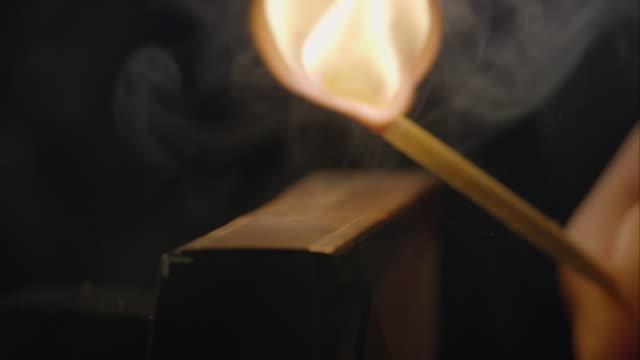 vídeos de stock e filmes b-roll de jogo acender - caixa de fósforos
