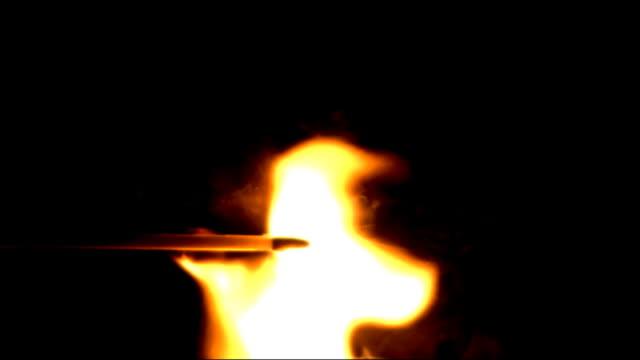 vídeos y material grabado en eventos de stock de match forma espontánea iluminación en cámara lenta. una toma. - fosforo