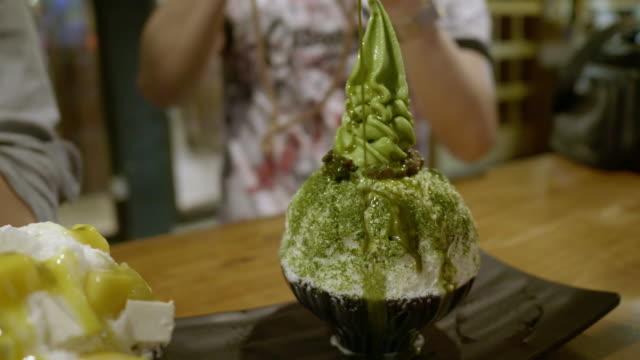 vídeos y material grabado en eventos de stock de matcha té verde hielo - helado