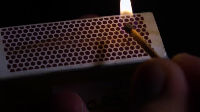 vídeos de stock e filmes b-roll de matchbox and striking a match, slow motion - caixa de fósforos