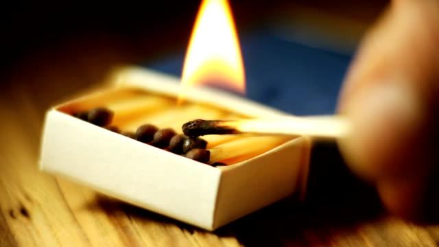 vídeos y material grabado en eventos de stock de caja de cerillas ardor - incendios provocados