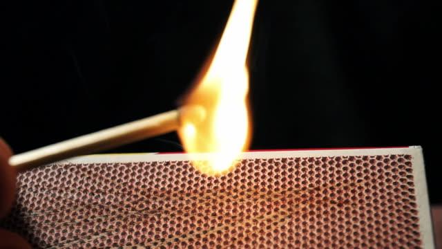 vídeos de stock e filmes b-roll de matchbox - caixa de fósforos