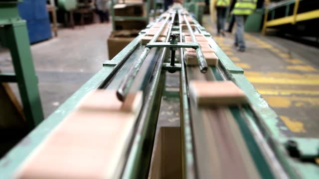 spiele fabrik produktion - streichholz stock-videos und b-roll-filmmaterial