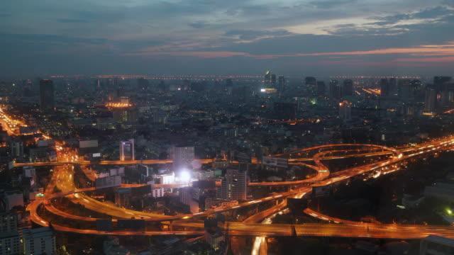 Passenden Tag und Nacht Luftaufnahme der Feierabendverkehr auf belebten expressway