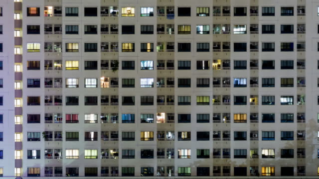 vídeos de stock e filmes b-roll de matching day & night : 4k time lapse (4096x2160) : the building office and cityscape at bangkok, thailand - efeito de zoom