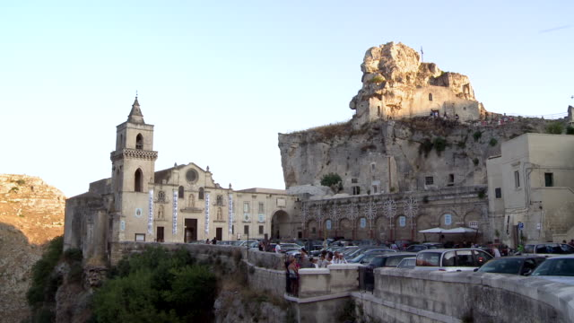 ws matera rock church with tourists / matera, basilicata, italy  - cattedrale video stock e b–roll