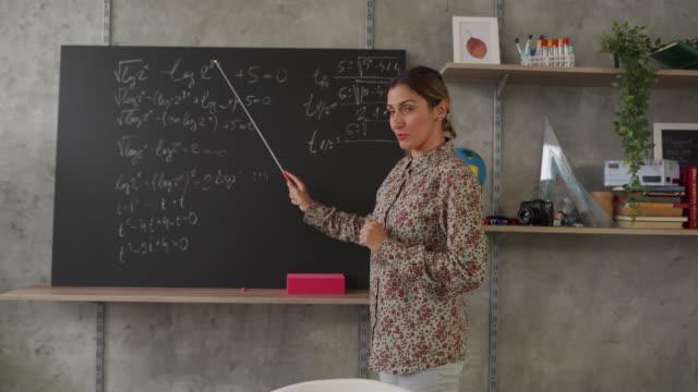vídeos de stock e filmes b-roll de math teacher schooling kids online from home classroom during coronavirus  pandemic - workshop