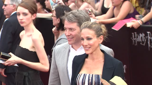 stockvideo's en b-roll-footage met mathew broderick and sarah jessica parker at the 'harry potter and the deathly hallows part 2' new york premiere arrivals at new york ny - sarah jessica parker