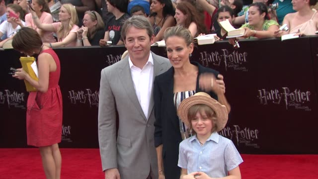 stockvideo's en b-roll-footage met mathew broderick sarah jessica parker and son at the 'harry potter and the deathly hallows part 2' new york premiere arrivals at new york ny - sarah jessica parker