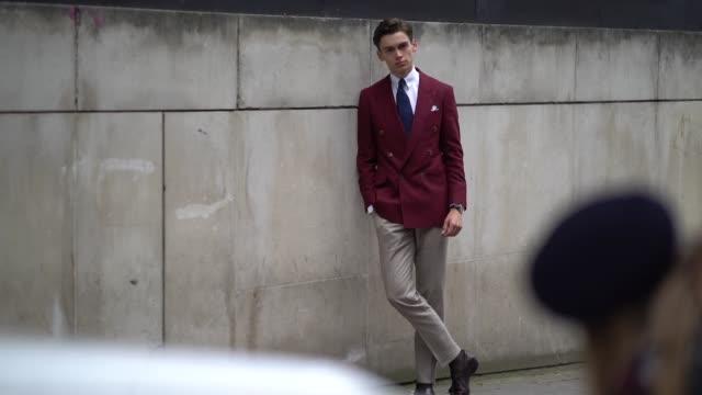 vídeos y material grabado en eventos de stock de mathias le fevre wears a red blazer jacket, a white shirt, a tie, beige pants, during london fashion week men's june 2018 on june 10, 2018 in london,... - camisa blanca