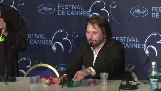 vídeos de stock e filmes b-roll de mathieu amalric on developing the film on capturing the new burlesque on how the film was a group effort and how he's happy with the prize at the... - burlesco