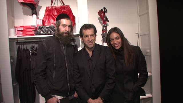 matisyahu kenneth cole and rosario dawson at the kenneth cole hosts book launch for 'awearness inspiring stories about how to make a difference' at... - dawson city点の映像素材/bロール