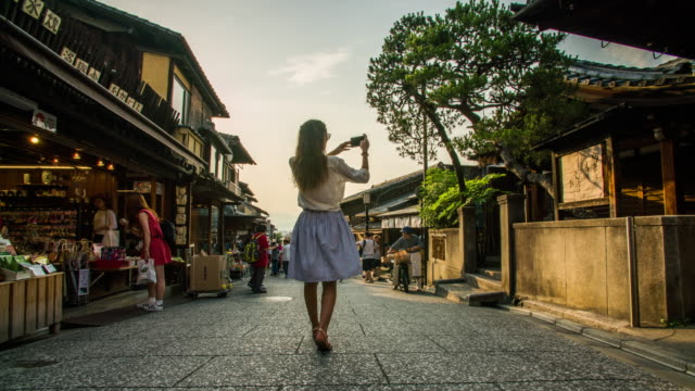 matsubara-dori hyperlapse in kyoto 4k - zona pedonale strada transitabile video stock e b–roll