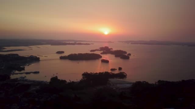 ws aerial matsushima bay coast at sunset, matsushima, miyagi prefecture, japan - 海岸線点の映像素材/bロール