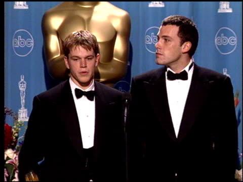 matt damon at the 1998 academy awards at the shrine auditorium in los angeles, california on march 23, 1998. - 1998 bildbanksvideor och videomaterial från bakom kulisserna