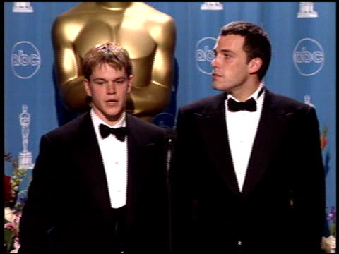 matt damon at the 1998 academy awards at the shrine auditorium in los angeles, california on march 23, 1998. - マット・デイモン点の映像素材/bロール