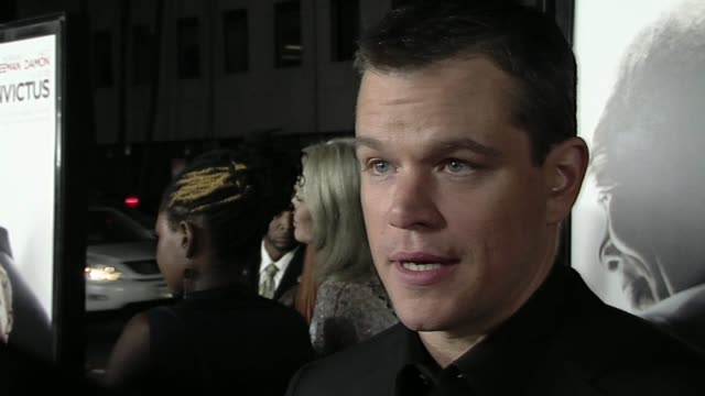 matt damon at the 'invictus' premiere at beverly hills ca. - マット・デイモン点の映像素材/bロール