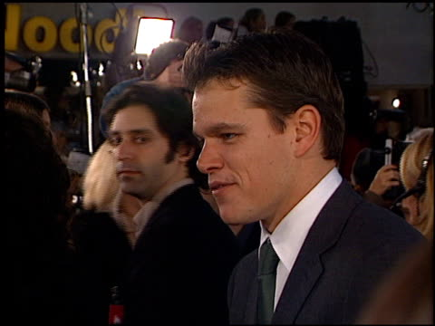 matt damon at the 'oceans 11' premiere at the mann village theatre in westwood california on november 5 2001 - regency village theater stock-videos und b-roll-filmmaterial