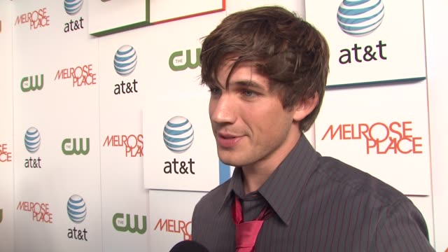 matt lanter on if he watched 90210 back in the day and why shows like melrose place and 90210 become such favorites. at the 'melrose place' premiere... - 肥皂劇 個影片檔及 b 捲影像