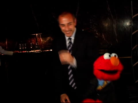 matt lauer and elmo at the sesame workshop's 4th annual benefit gala hosted by matt lauer and elmo at cipriani 42nd street in new york, new york on... - マンハッタン チプリアーニ点の映像素材/bロール