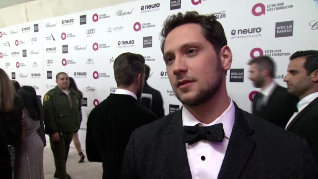 vídeos de stock, filmes e b-roll de interview matt mcgorry on what brings him out talks about elton's commitment to the ejaf and his thoughts on the oscar ceremony at 23rd annual elton... - festa do oscar
