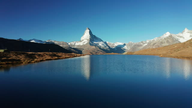 vídeos de stock e filmes b-roll de matterhorn peak and stellisee lake in zermatt, switzerland. - switzerland