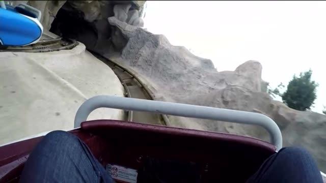 vídeos y material grabado en eventos de stock de ktla matterhorn ride at disneyland in anaheim - disneyland california