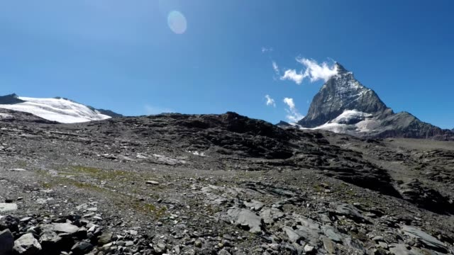 stockvideo's en b-roll-footage met matterhorn viewed from swiss mountain cable car, switzerland - sneeuwkap