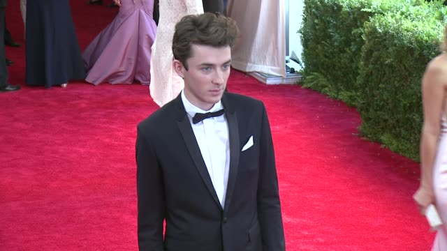 vídeos de stock, filmes e b-roll de matthew beard at china through the looking glass costume institute benefit gala arrivals at metropolitan museum of art on may 04 2015 in new york city - cetim