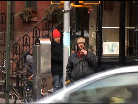 vidéos et rushes de matthew broderick and his son james wilke leaving their grenwich village townhouse at the celebrity sightings in new york at new york ny. - matthew broderick