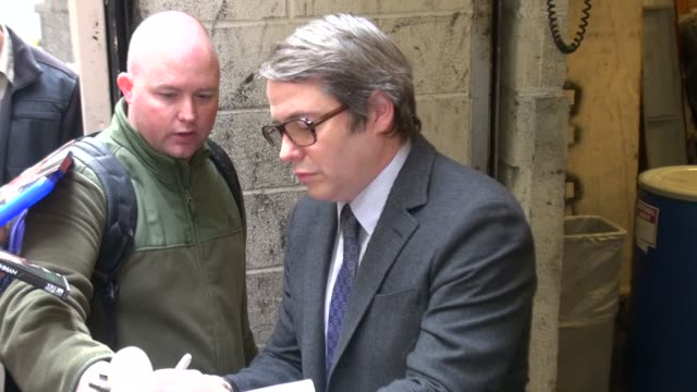 vidéos et rushes de matthew broderick signs for fans at live with regis & kelly in new york on 10/24/11 - matthew broderick