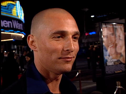 vidéos et rushes de matthew mcconaughey at the 'what women want' premiere at the mann village theatre in westwood, california on december 13, 2000. - première