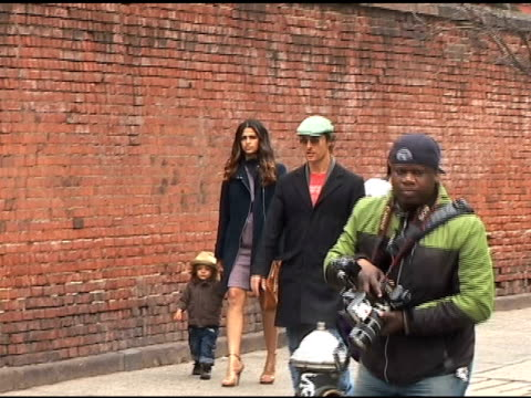matthew mcconaughey camila alves and son levi at the central park zoo at the celebrity sightings in new york at new york ny - central park zoo stock-videos und b-roll-filmmaterial