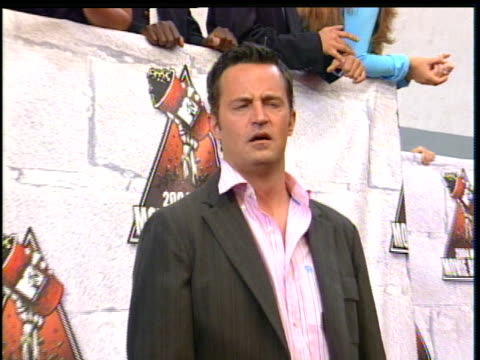 stockvideo's en b-roll-footage met matthew perry posing down the 2004 mtv movie awards red carpet . - 2004