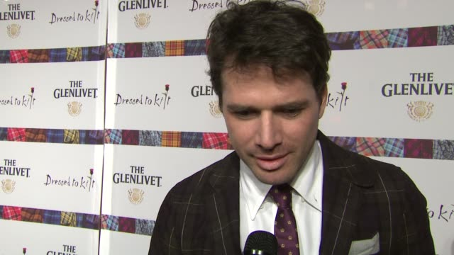 stockvideo's en b-roll-footage met matthew settle says he looks forward to seeing billy connolly walk the runway at the 9th annual dressed to kilt charity fashion show at new york ny - billy connolly