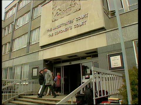 "matthew simmons attacks prosecutor; croydon gv court entrance sign - ""the magistrates court...the coroners court"" gv court building - ロンドン クロイドン点の映像素材/bロール"