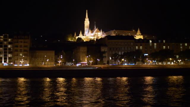 vidéos et rushes de église matthias dans la nuit, à budapest - pont à chaînes pont suspendu