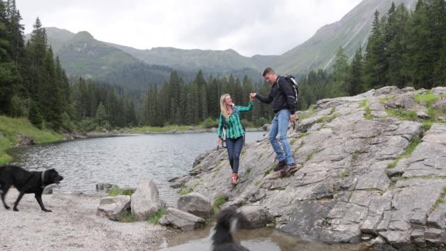 Reife Erwachsene paar mit Hunden Kletterfelsen