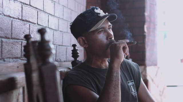 stockvideo's en b-roll-footage met mature adult male smoking cigar in havana, cuba - baseballpet