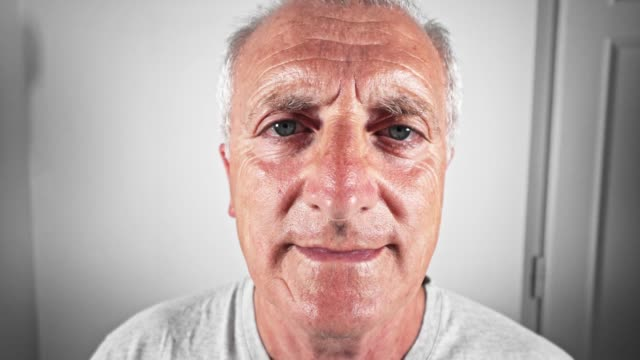vidéos et rushes de portrait adulte mature homme - visage sans expression