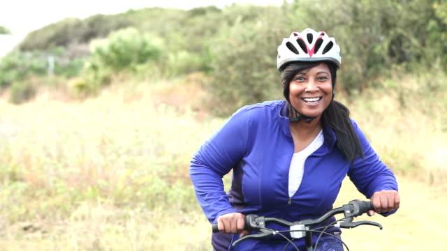 vídeos de stock e filmes b-roll de mature african american woman with mountain bike - 50 54 anos
