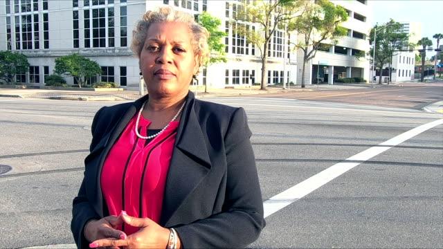 街の成熟したアフリカ系アメリカ人実業家 - 政治家点の映像素材/bロール