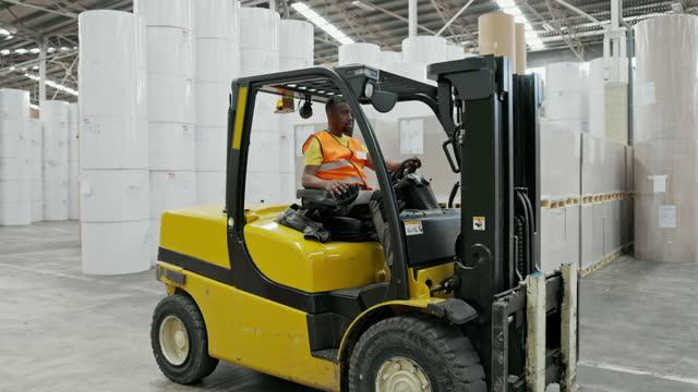 reifen black warehouseman fahren gabelstapler - distribution warehouse stock-videos und b-roll-filmmaterial