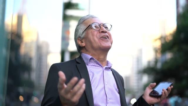 vídeos y material grabado en eventos de stock de maduro hombre de negocios celebrando el éxito - gratitud
