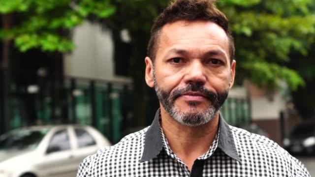 vídeos de stock, filmes e b-roll de maduras empresário retrato ao ar livre - latino americano